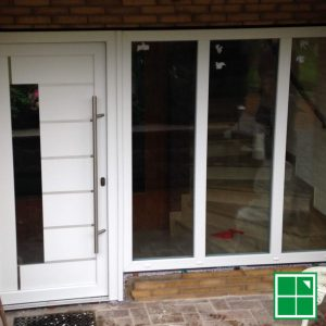 Schüco LivIng PVC-Profil mit Adeco Türfüllung und drei 3-fach Isolierverglasten Glas-Fest-Elementen in Weiß