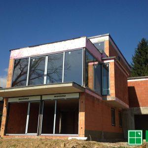 Gebäude mit Hebe-Schiebe-Element aus Aluminium in Anthrazitgrau und 3-fach Isolieverglasung und VSG-Scheiben innen und außen