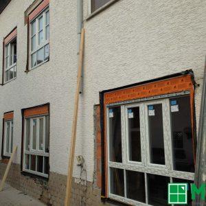 Gebäude mit Fenster: Schüco CT70 PVC-Profil in weiß mit 2-fach Isolierverglasung und elektrischem Aufsatzrollladen in grau